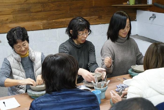 陶芸体験① 粘土を好きな形にしていきます!