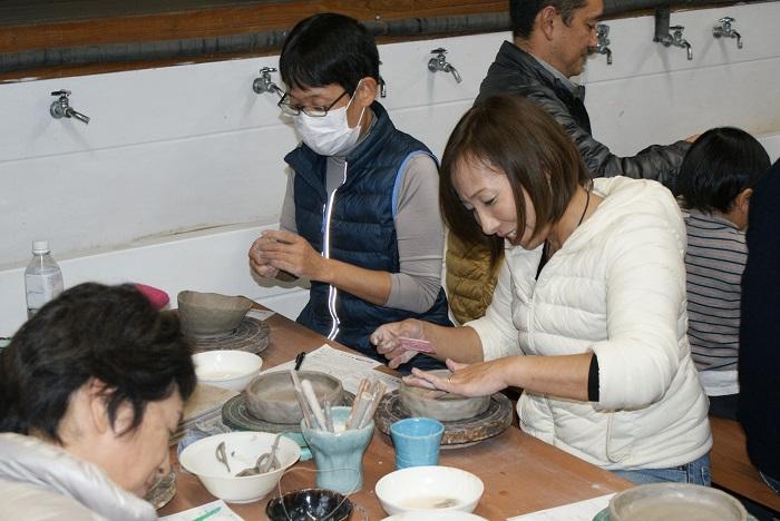 陶芸体験② 丸皿を作っているようです!